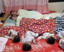 """爸爸带仨儿一女睡觉,妈妈拍下""""睡照""""走红,三胞胎儿子是意外"""